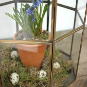 Easter decorating with spring flowers